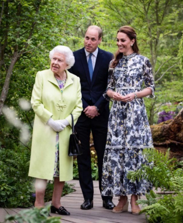Reina Isabel con sus herederos al trono (Imagen: Twitter @KensingtonRoyal)