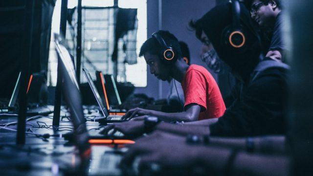 Jóvenes con videojuegos (Imagen: Unsplash)