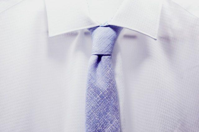 Escoger una corbata (Imagen: Unsplash)
