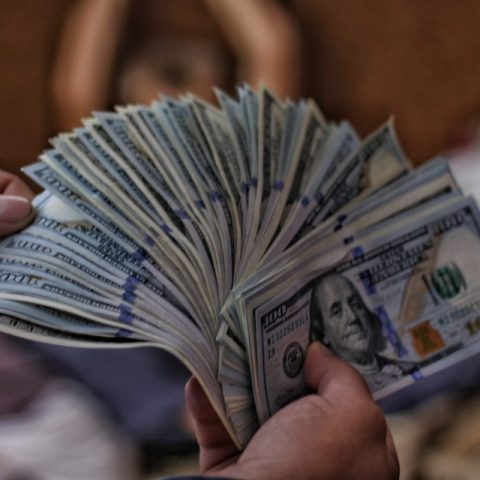 Dólares en mano (imagen: Unsplash)