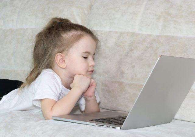 Laptop la usan niños (Imagen: Unsplash)