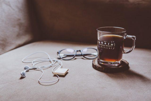 Lentes y café (Imagen: Unsplash)