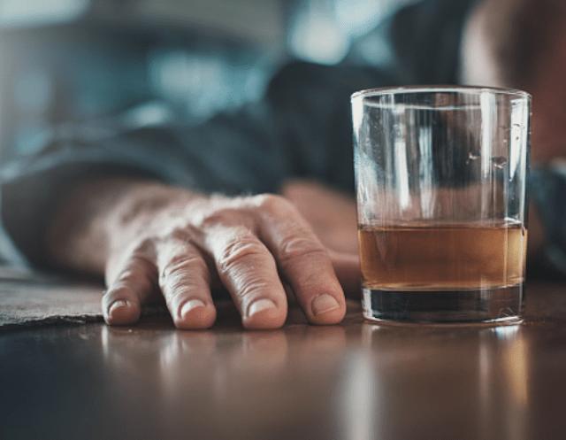 Trabajar desde casa y beber (Imagen: pixabay)