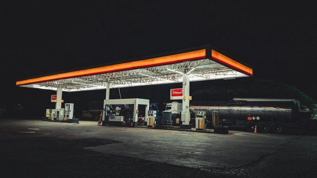 gasolinera de noche, precios de gasolina