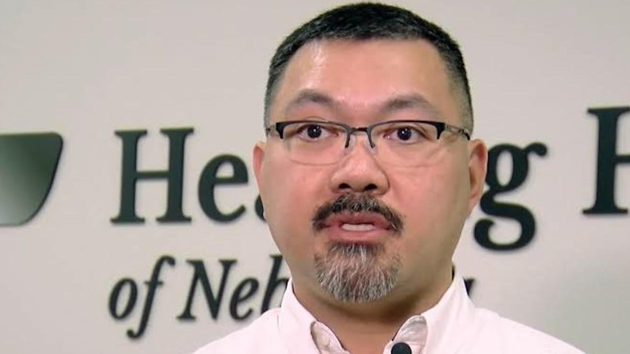 Cirujano no cobra a sus pacientes; pide que realicen servicio comunitario (Imagen: latestbios)