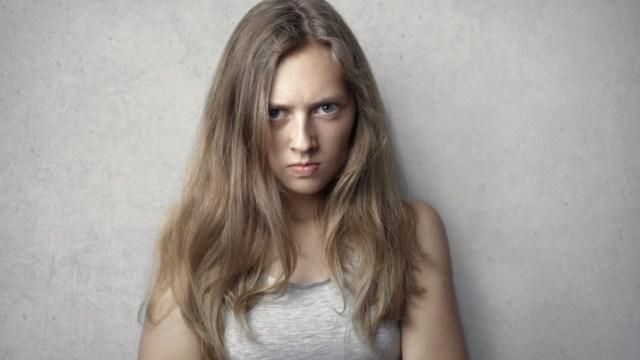 Mujer enojada por cambiarla de Afore sin consultarle (Imagen: pexels)