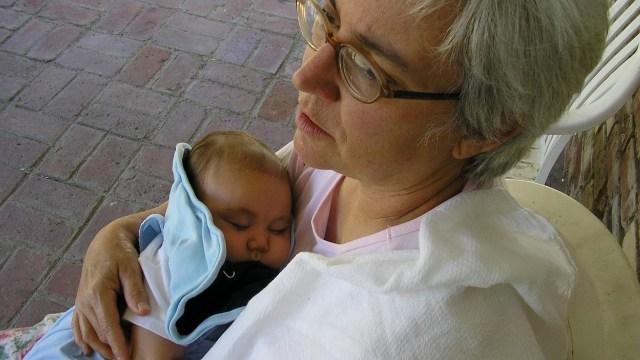 Abuela quiso cobrar por cuidar a su nieto y la critican