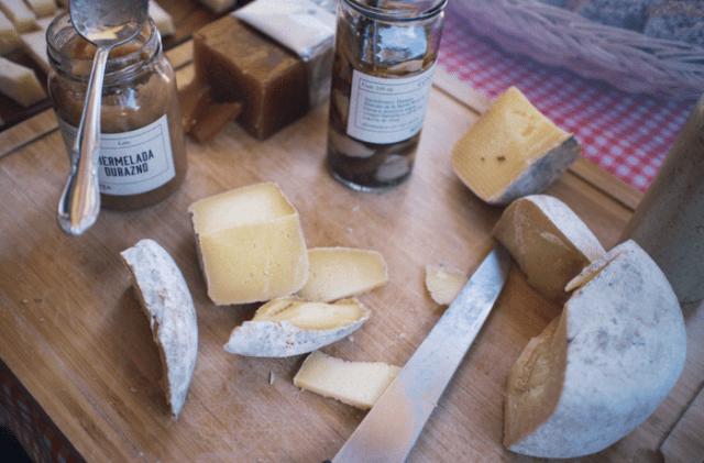 Disfrutar de una tabla de quesos (Imagen: pexels)