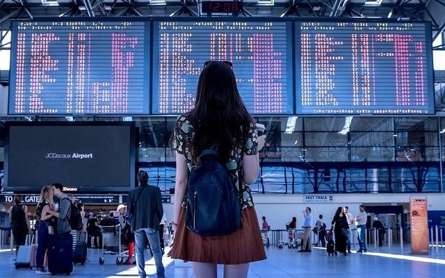 En los aeropuertos hay casas de cambio y ahí puedes consultar el precio del dólar