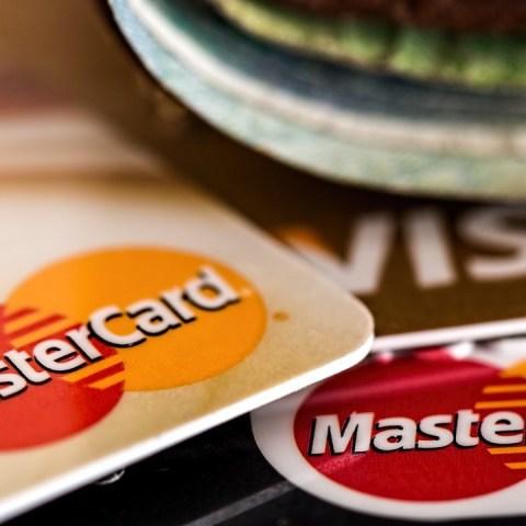 Esta es la multa que aplicará SAT si gastas con tarjeta más de tu sueldo