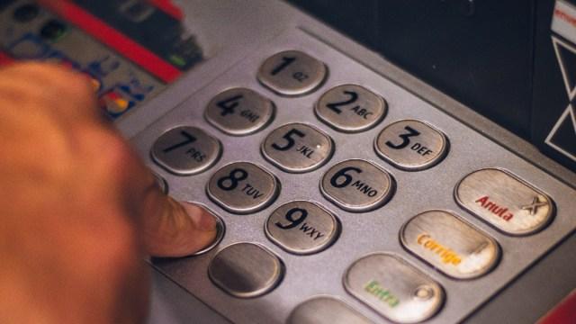 ¿Cómo se hacen retiros sin tarjeta de un cajero automático?