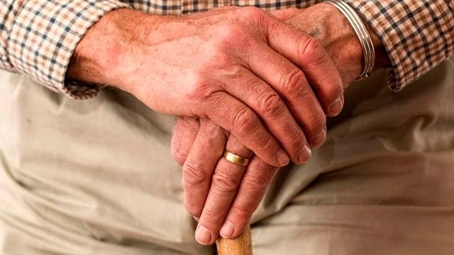 Cientos de adultos mayores hicieron fila para registrarse en el programa Pensión Universal