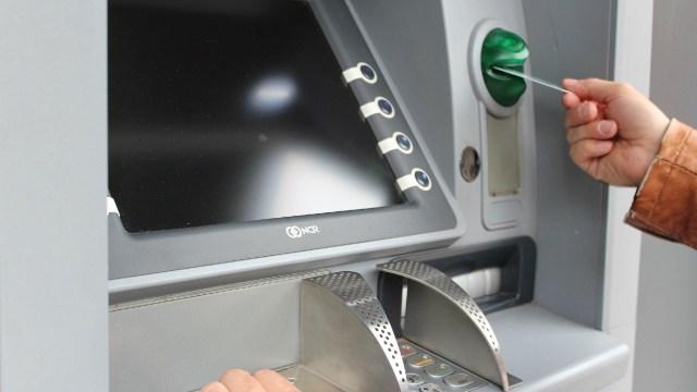 Así puedes ahorrar al momento de usar cajeros automáticos