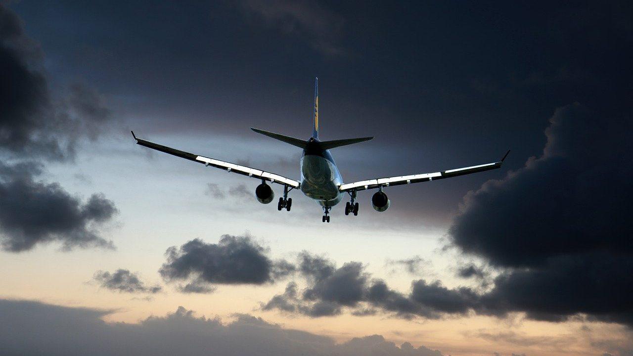 Estados Unidos alarga restricciones de viajes no esenciales con México y Canadá