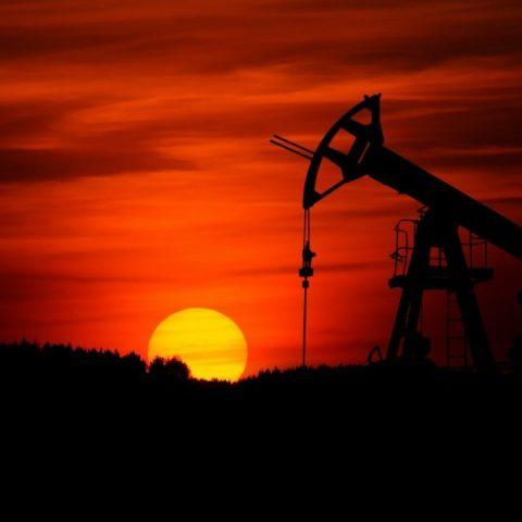 OPEP+ decide mantener recortes a la producción petrolera hasta abril