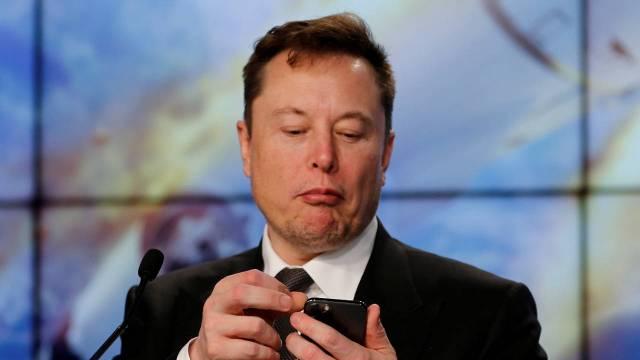 Al invertir, ¿Es mejor pensar como Warren Buffett o como Elon Musk?