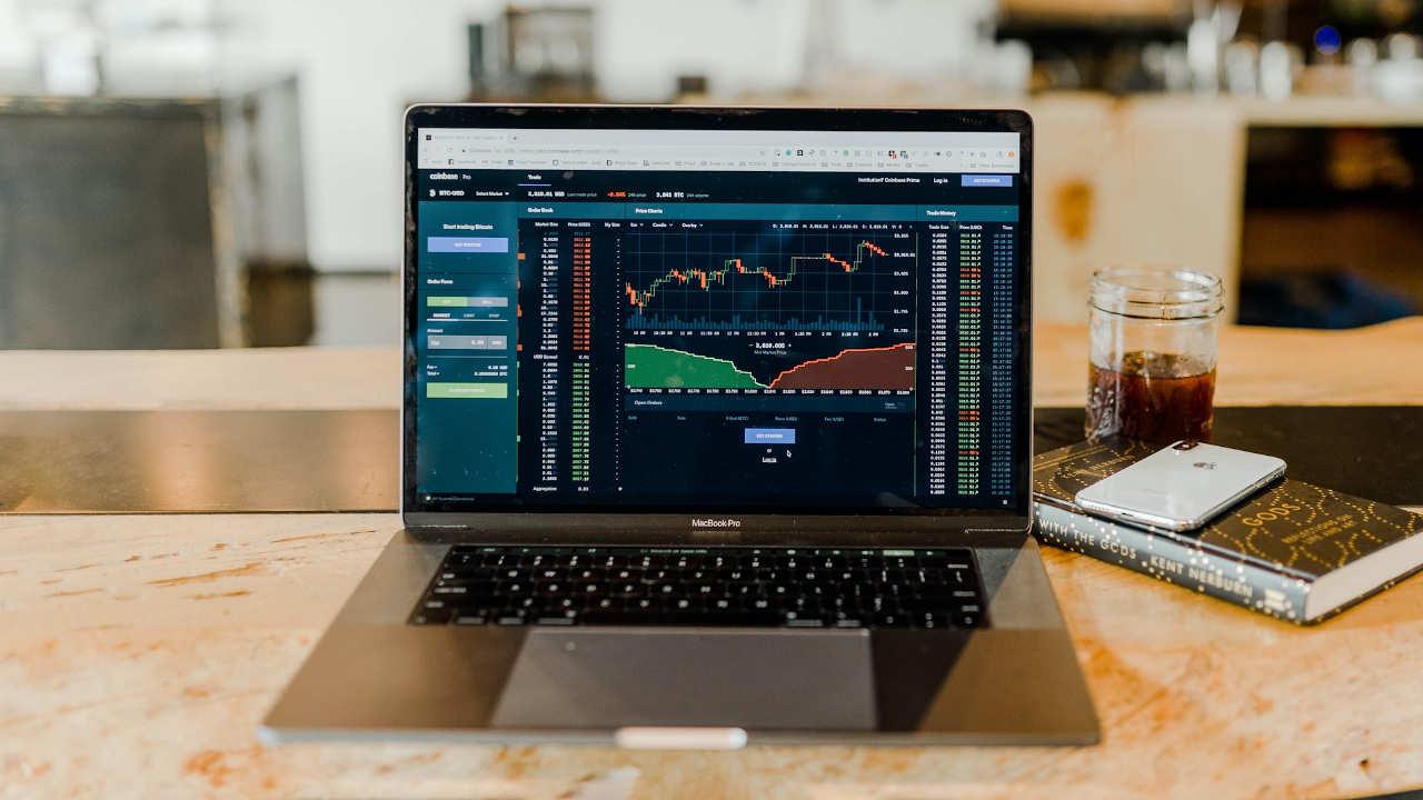 ¿Me conviene invertir mi dinero si los mercados están cayendo?