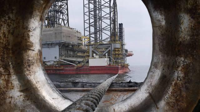 Petróleo toca máximo de 2 años luego del reporte de inventarios en Estados Unidos