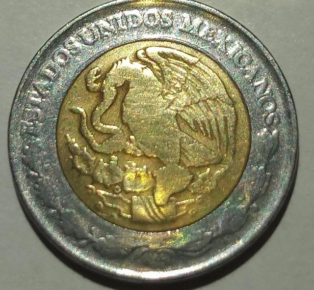 """En el reverso, tiene el Escudo Nacional con la leyenda """"Estados Unidos Mexicanos"""""""