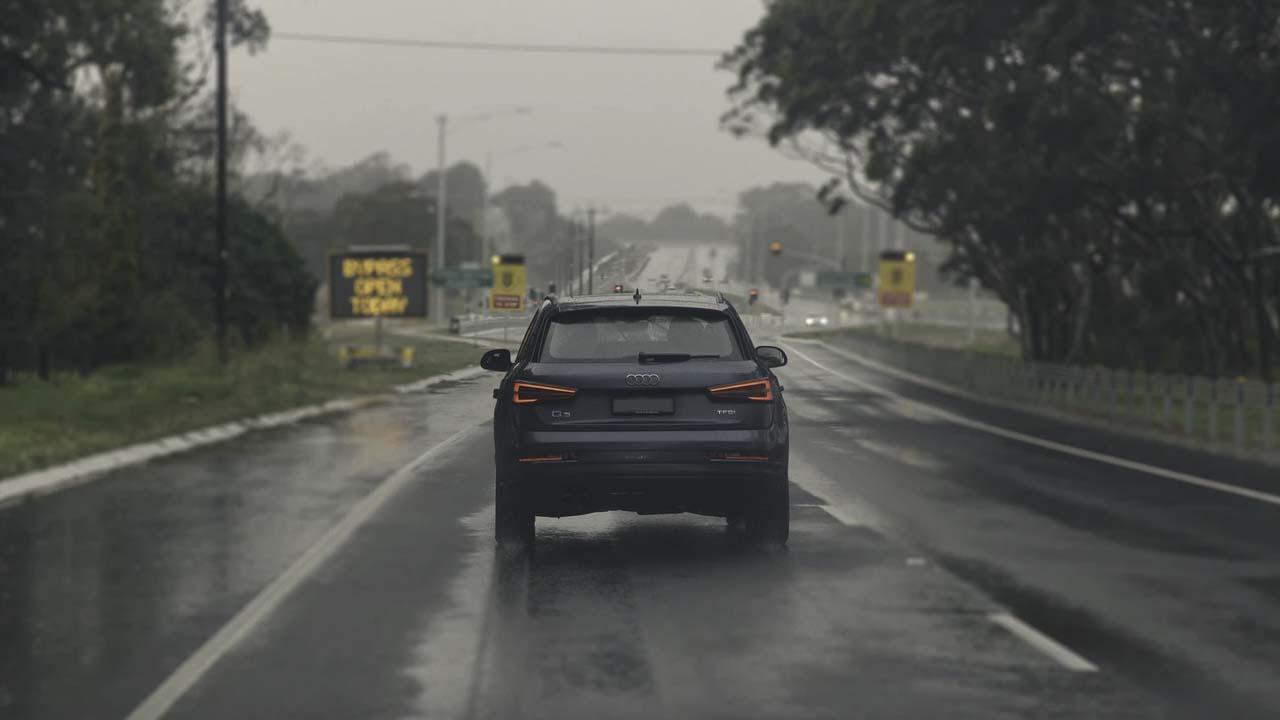 Autos y camionetas en la lluvia