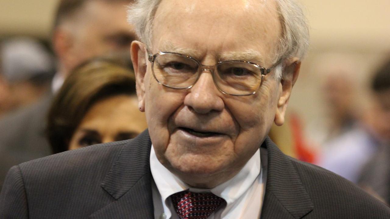 Este consejo de Warren Buffett puede ayudarte a ahorrar mucho dinero