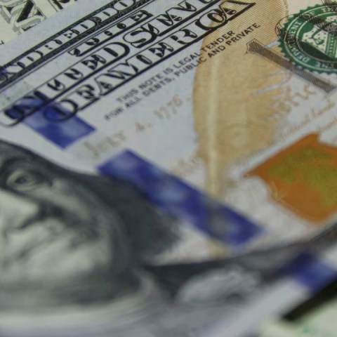 El precio del dólar se recupera ligeramente