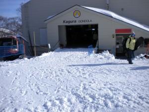 神楽ゴンドラ山頂駅の階段10段も埋まる積雪量