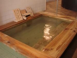源泉掛け流しの檜風呂