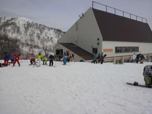 まだまだ雪たっぷりゴンドラ山頂駅