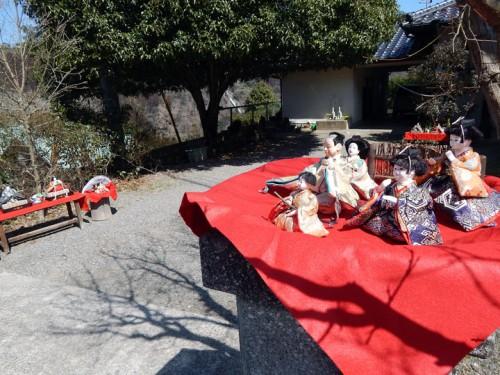 各家庭の庭先にお雛様が展示されています