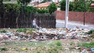 Foto de Portal OKariri flagra homem jogando lixo na Barragem do Rosário