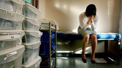 Foto de Adolescente é estuprada por médico durante consulta