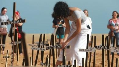 Foto de Em Fortaleza: Ato crava centenas de cruzes na Praia de Iracema em referência às mortes de mulheres; confira