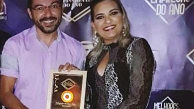 Roberlandio Nunes recebendo de Paulinha Azevedo o troféu como destaque dos melhores de 2019 em Barro-Ce   Foto: Acervo pessoal