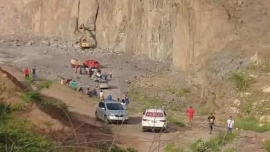 Foto de Pedra cai em cima de retroescavadeira e operador morre esmagado em Juazeiro do Norte.