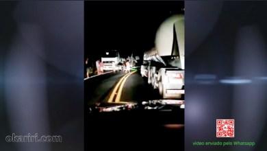 """Foto de Barro-Ce: carreta tomba na curva do """"S"""" após bater num caminhão; veja vídeo"""