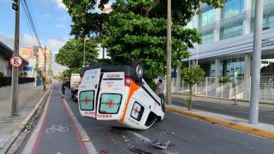 Foto de Ambulância com paciente do interior capota no Centro de Fortaleza