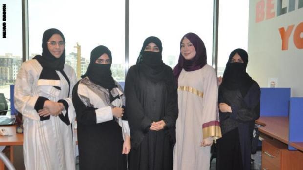 سعوديات يشرفن على محل تلميع السيارات