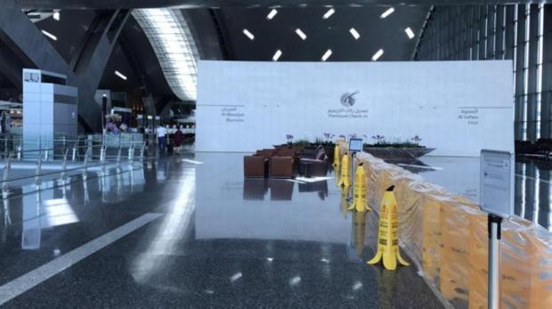 مسافر كويتي يوثق مطار الدوحة «مهجوراً» وطائرة قطرية «خاوية»