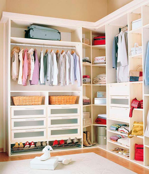 Maletas guardadas arriba del armario