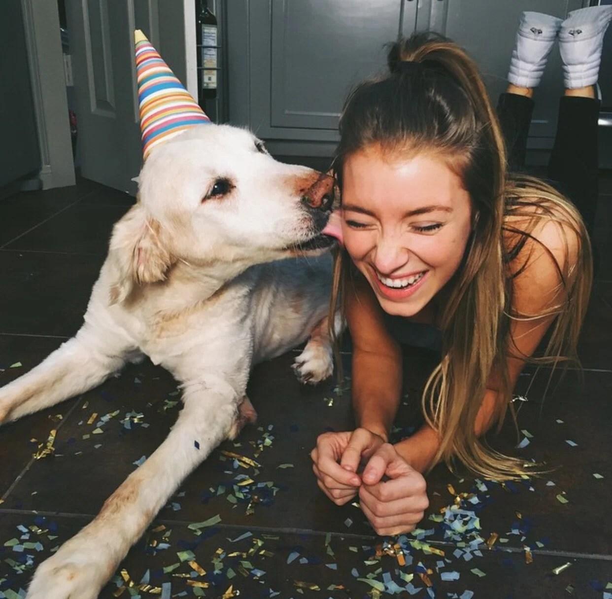 chica posando con su perro