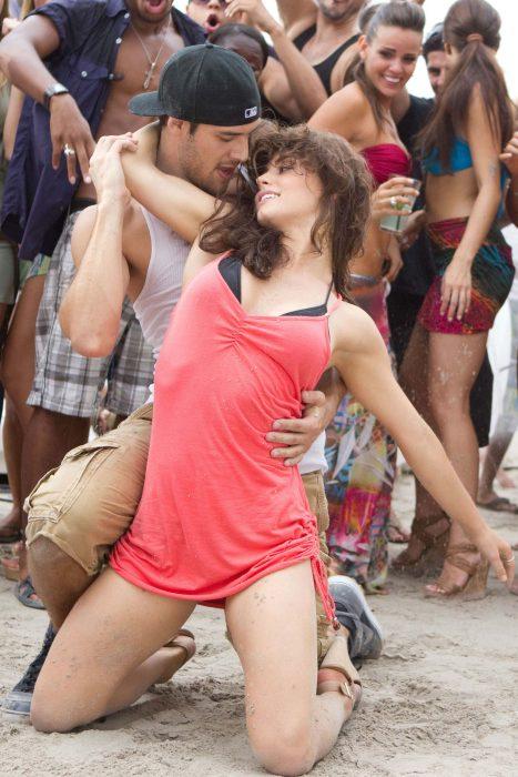 Escena de la película step up pareja bailando en la calle