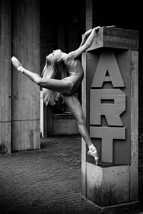 bailarina de ballet parada sobre una estructura que dice arte