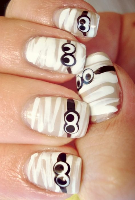 Diseño de uñas para halloween momia