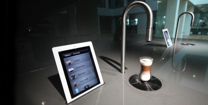 grifo que en lugar de rociar agua sirve café a través de una tablet
