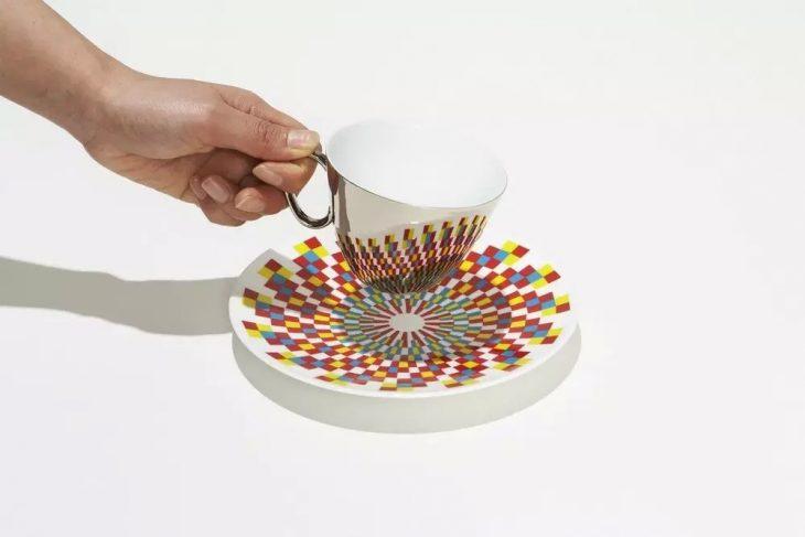 taza que refleja lo que hay en el plato
