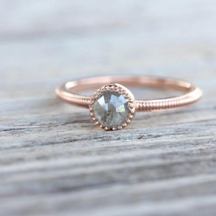 anillo minimalista rosado piedra gris
