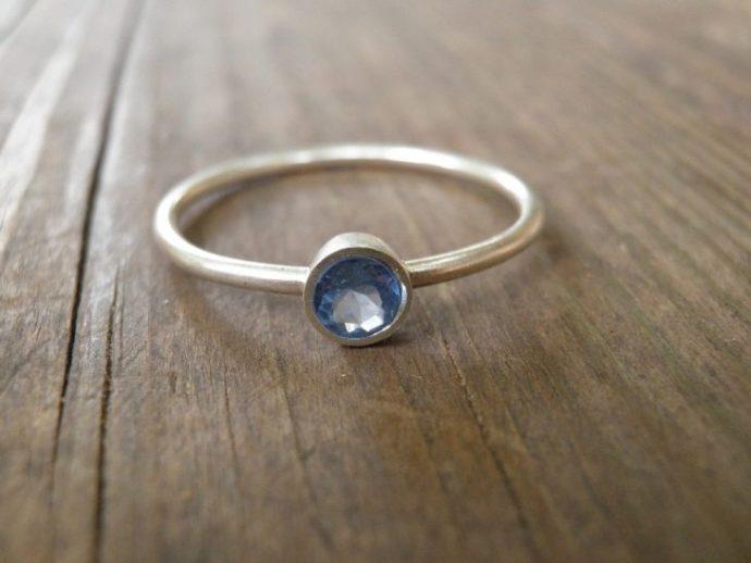 anillo minimalista piedra azul