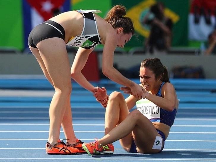 Resultado de imagen de foto atleta ayudando a compañera caida