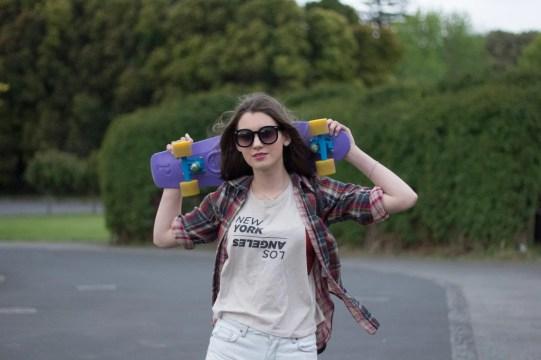 chica con patineta por la calle